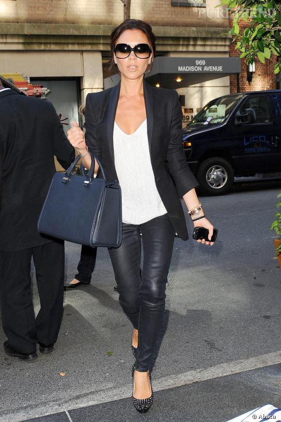 283e7174ed104e Victoria Beckham à la fashion week de New York adopte ses indispensables    lunettes de soleil