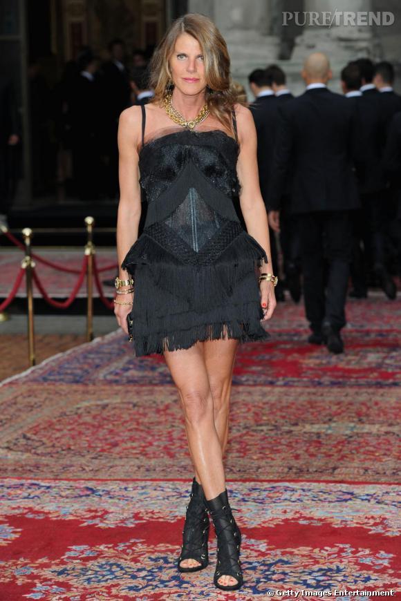 Anna, court vêtue et très sexy en robe Dolce & Gabbana Printemps/Été 2010.