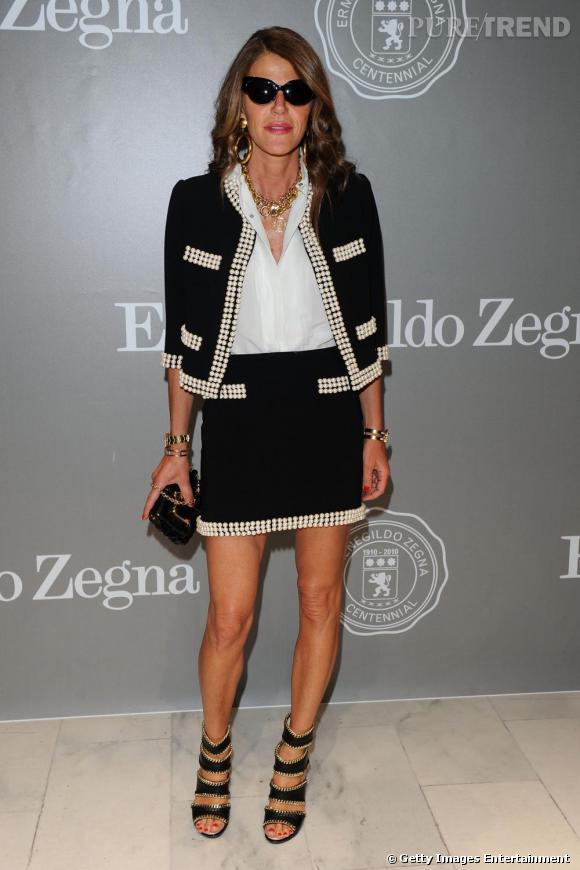 Anna revisite le style bourgeois en total look Moschino Couture Printemps/Été 2010.