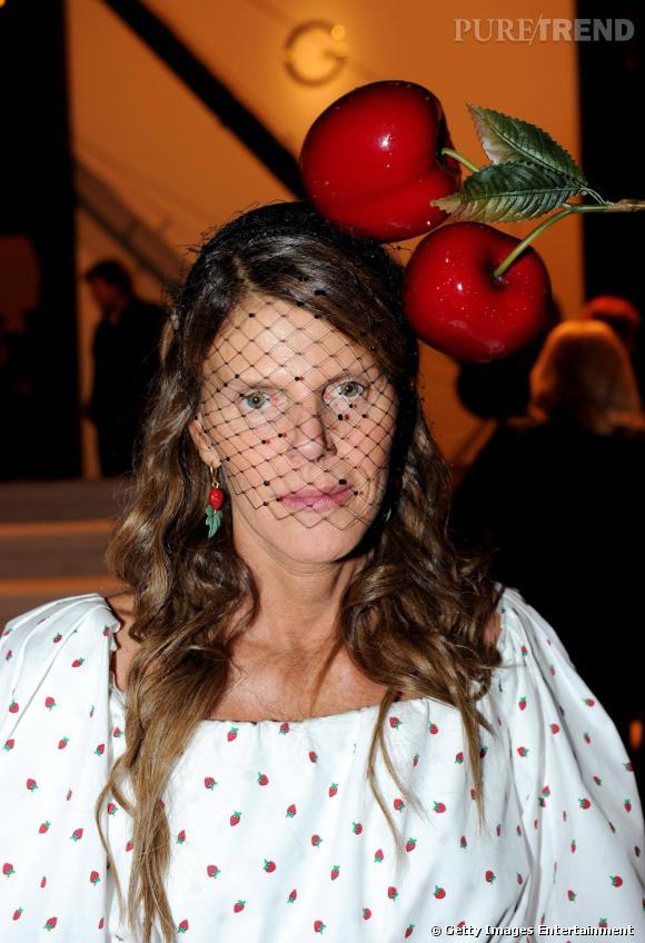 La passion d'Anna ? Les chapeaux audacieux (ici en Yves Saint Laurent).