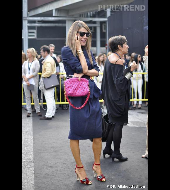 Anna cultive le sens du détail. Elle associe ainsi son sac Marc Jacobs rose à des sandales cerises Tom Ford pour Yves Saint Laurent.