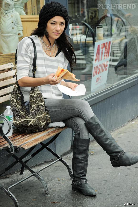Jessica Szohr pique-niquant dans les rues de New-York.