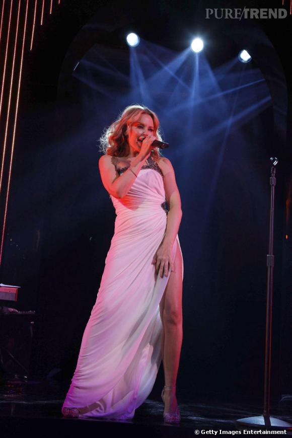 D'apparence assez sage, la robe dévoile la gambette de la chanteuse avec une large fente.