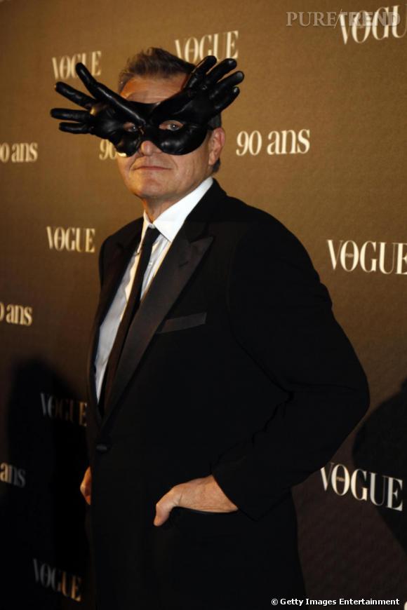Le styliste Jean Charles de Castelbajac avec une de ses nouvelles créations : le masque en forme de gants !