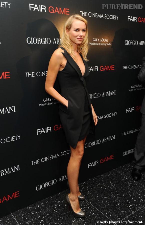Naomi ultra élégante en petite robe noire.