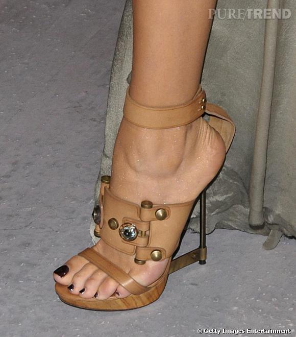 Sandales à talons aiguille et plateaux de bois Lanvin Printemps 2011, Blake mise sur un total look podium. L'esprit gladiateur des sandales apporte une jolie note de caractère à sa robe de séductrice.