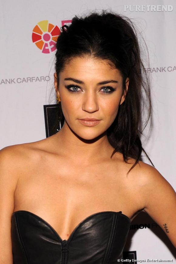 L'actrice adopte le smoky eye et la coiffure décalée.