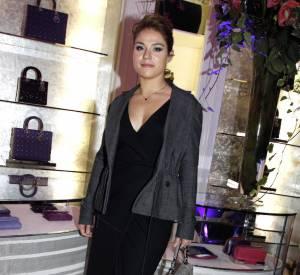 Emilie Dequenne assure son entrée avec une indémodable petite robe noire et une veste cintrée. Armée d'un sac de soirée très élégant et montée sur des bottines échancrées, elle a tout bon.