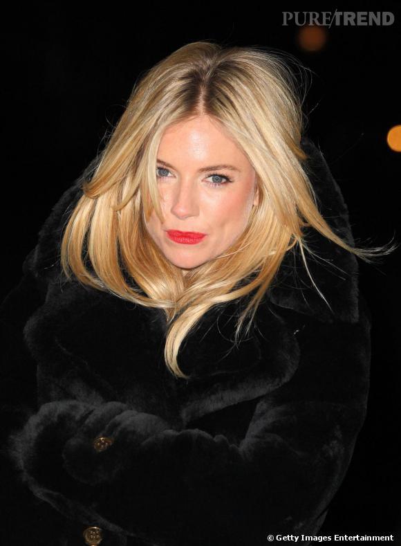 Sienna Miller, engoncée dans sa fourrure, a choisi le noir ...