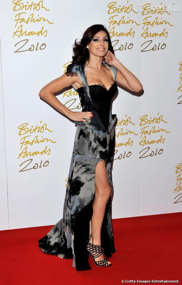 Kelly Brook joue la surenchère du glamour en robe outrageusement sexy et chaussée de Jimmy Choo.