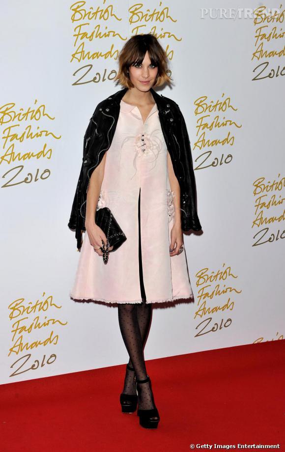 Alexa Chung, la nouvelle icône de la mode britannique a été récompensée... On comprend pourquoi ! Ici vêtue d'une petite robe Chanel.