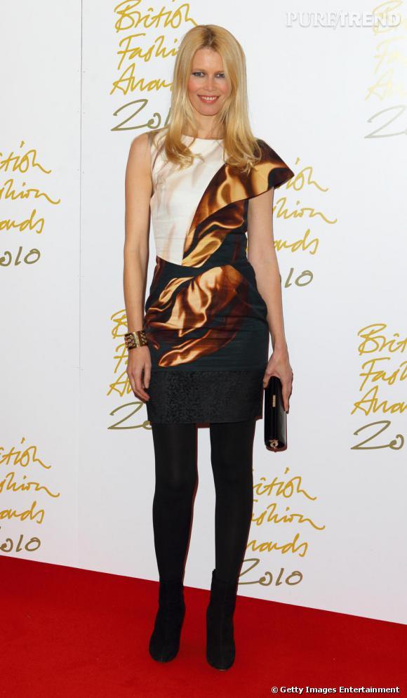 Claudia Schiffer tente de nous duper avec une robe trompe- l'oeil Mary Katrantzou.