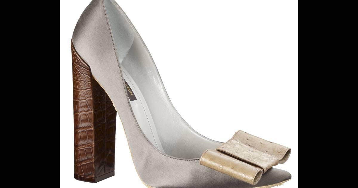 56f3f26e0bd0 Escarpins Beauty, Louis Vuitton Des escarpins à large talon carré et noeud  en galuchat, la it-shoes de luxe et rétro signée Louis Vuitton Prix   570 €  - ...