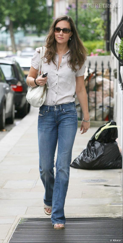Jean et chemise, Kate Middleton s'offre une pause fashion, loin des projecteurs.