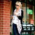 """En 2006, Nicole se lasse d'être une """"suiveuse"""" et se met à lancer des tendances avec des lunettes oversized et un foulard Alexander McQueen."""