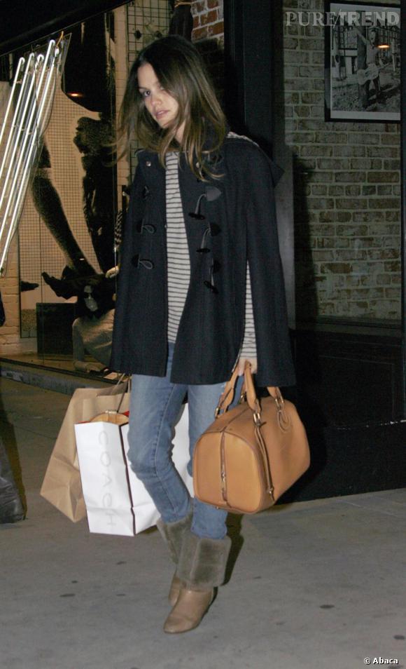 Les boots beiges et le sac camel donnent du pep's à sa tenue.
