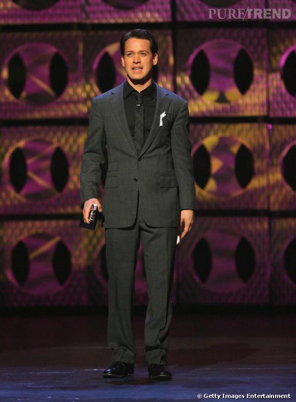 T.R Knight : en costume gris foncé, l'acteur est très distingué. Le gris est un intermédiaire parfait lorsque l'on ne veut pas se fondre dans la masse en costard noir.