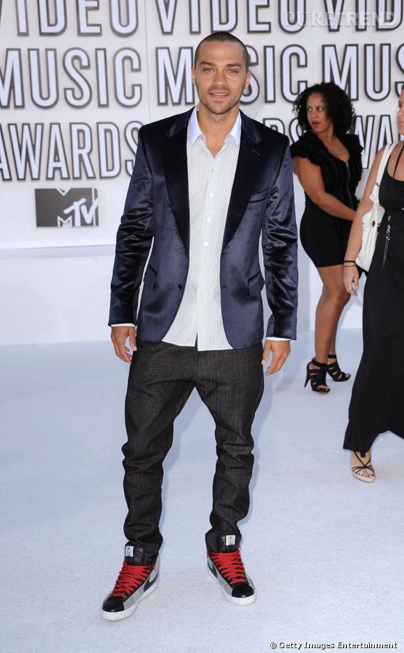 Jesse Williams : adepte des baskets tendance, l'acteur joue sur l'effet chic et streewear avec brio.
