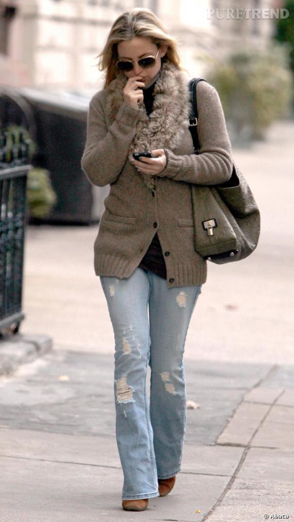 A 10 h : Kate mise sur un look casual afin de battre le pavé. Elle enfile un jean destroy, un gilet cocooning et un sac hobo.