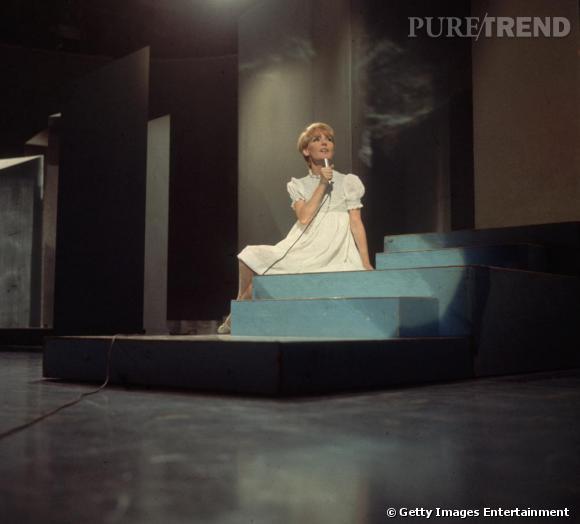 La chanteuse était une grande fan des petites robes aux manches bouffantes, comme ici avec un modèle blanc.