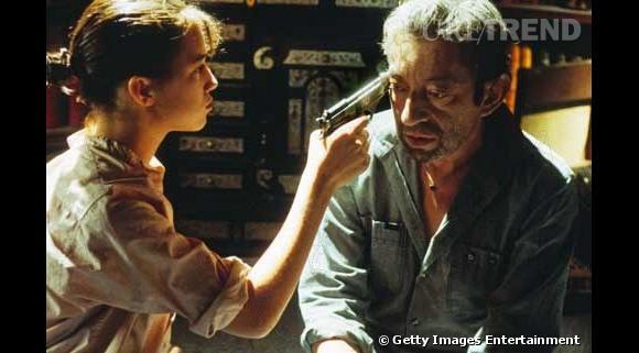 Une photo célèbre et poignante de Charlotte faisant mine de tirer sur son père.
