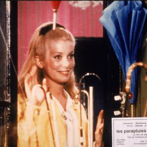 Catherine Deneuve eu le privilège d'avoir une chanson de Gainsbourg au titre magnifique : Souviens-toi de m'oublier.