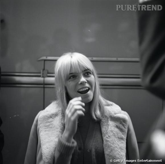 Cheveux blonds très clairs, coupe au carré et frange, France représente aussi une tendance du moment, notamment reprise par Sienna Miller.