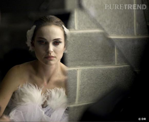 """Pour les costumes de """"Black Swan"""", Rodarte s'est basé sur les références classiques du """"Lac des cygnes"""" : Odile est en blanc, avec des plumes dans les cheveux."""