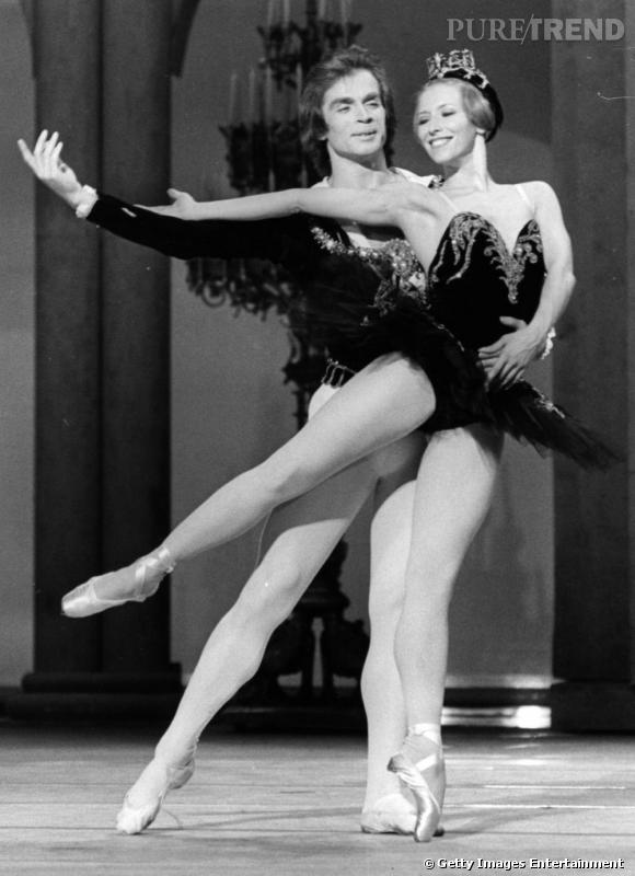 """Rudolf Nureyev et Natalia Makarova repètent pour """"Le lac des cygnes"""" au Coliseum à Londres en 1970. Tous les codes classiques du personnage d'Odile sont présents : le diadème et le tutu noir."""