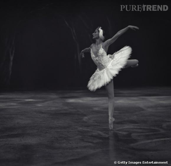 """Une interprétation classique d'Odette : tutu blanc et plume dans les cheveux. L'English National Ballet danse """"Le lac des cygnes"""" en 2010."""
