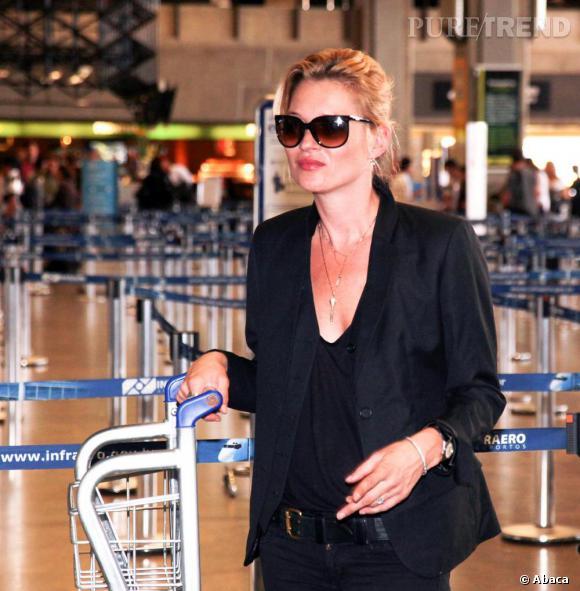 Kate Moss mise sur le skinny chic pour voyager.