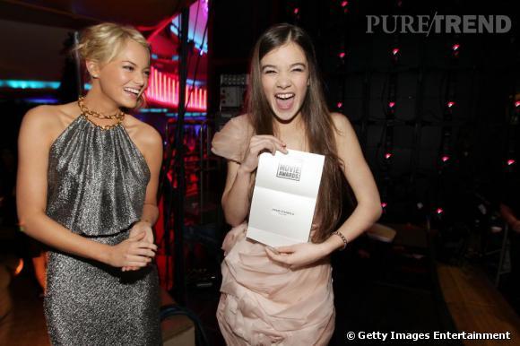 Hailee Steinfeld, visiblement très heureuse d'être au Critics' Choice Movie Awards, cette année. Effet cumulé à son prix de meilleure jeune actrice pour son rôle dans True Grit. Emma Stone admire.