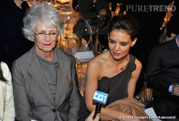 """Katie Holmes et sa mère Kathleen au défilé Max Mara. En effet, Katie est la lauréate du prochain prix """"Max Mara Face of the Future""""."""