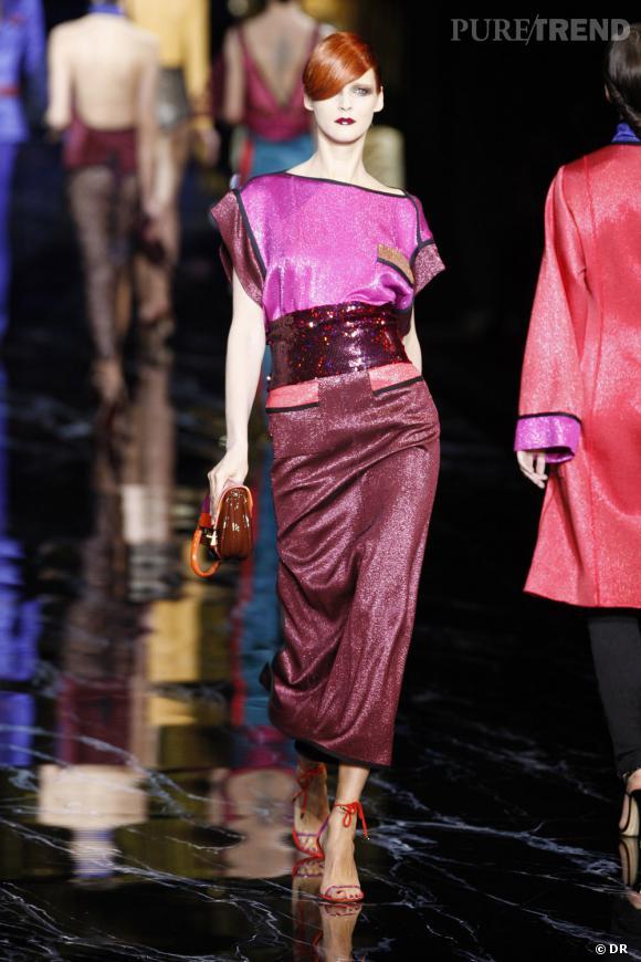 Même silhouette sur le podium rendue encore plus pétillante avec les accessoires, la pochette et les sandales rouges.