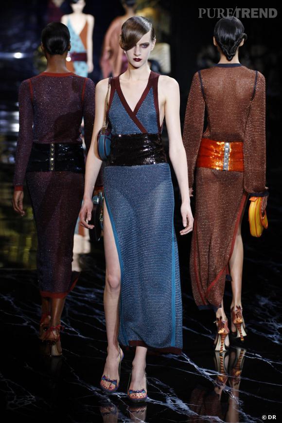 Sur le podium la jupe se porte par dessus un body et se mixe avec un top de la même couleur et aux bordures mauves.