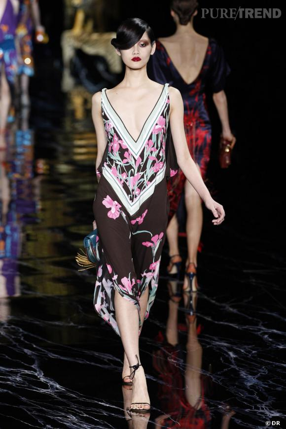 Ambiance aussi estivale sur le catwalk. Le look s'accessoirise avec une paire de sandales à fins lacets et une pochette turquoise.