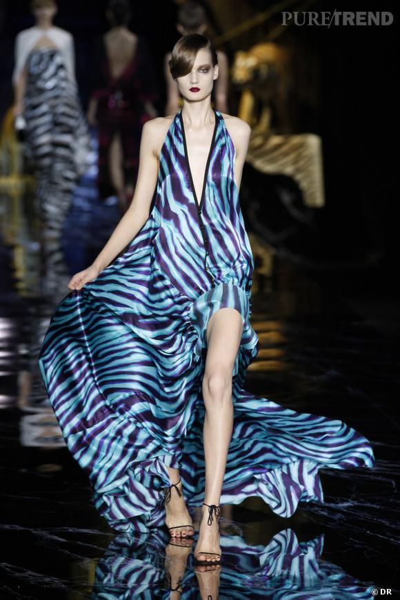 Jouant avec les longueurs de la robe, le top rend la pièce délicieusement estivale.