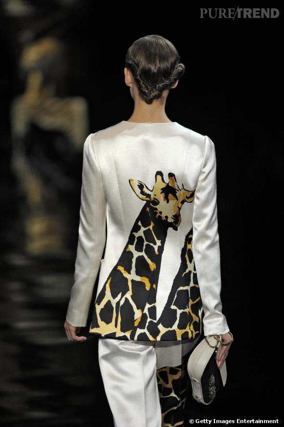 Extrême, la silhouette joue les safaris avec des girafes sur la veste comme sur le pantalon.