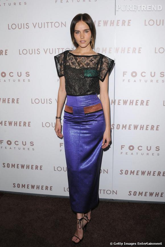 Silhouette asia girl pour Isabel Luca qui succombe au total look avec un top en transparence et une jupe droite à paillettes.