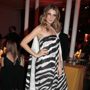 Angelina Lindvall s'offre un total look et ne se refuse rien, de la robe bustier zébrée à la cape coordonnée.