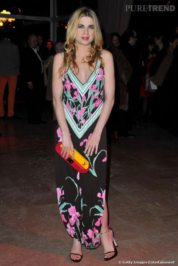 Deuxième française à craquer pour la collection Louis Vuitton, Cécile Cassel. Elle opte pour une longue robe aux décors exotiques. Pour ses accessoires, elle poursuit sur sa lancée avec une pochette et des sandales aux talons zèbre issues également du défilé.