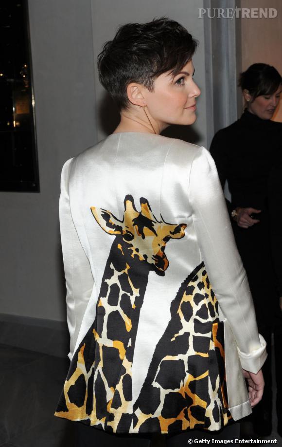 Modeuse, Ginniger Goodwin ose la veste de smoking blanche satinée recouverte de girafes.