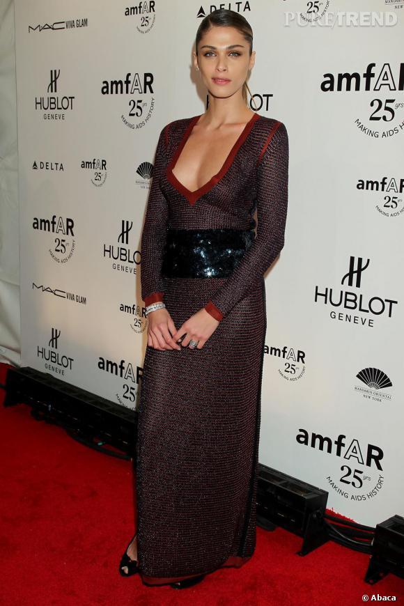 Elisa Sednaoui jette son dévolu sur une robe lurex mauve, la taille marquée par une ceinture en sequins bleu turquoise.