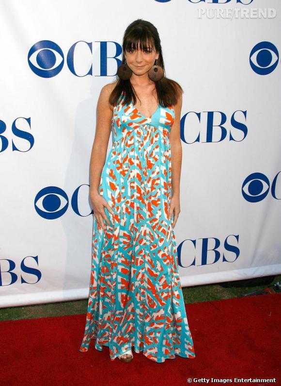 Alyson Hannigan en robe longue ethnique et colorée. Version brunette, l'actrice étonne et crée la surprise.