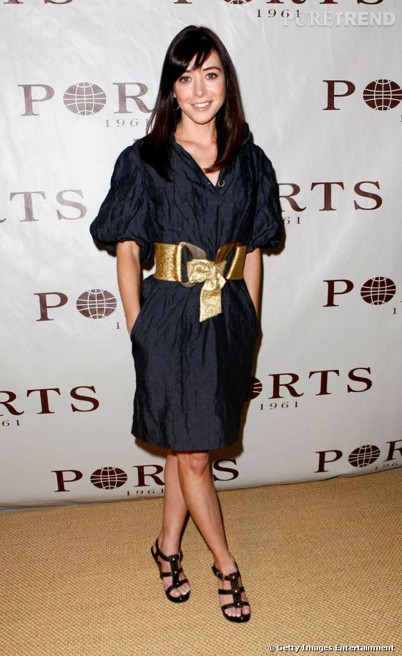 Voici l'actrice dans une tenue tout simplement parfaite : elle adopte une tunique bleu nuit aux manches bouffantes et s'empare d'une ceinture oversize dorée.