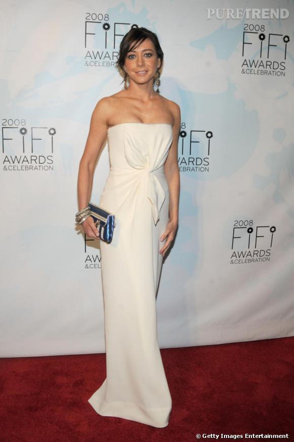 L'actrice se donne des airs de sirène dans sa longue robe blanche.
