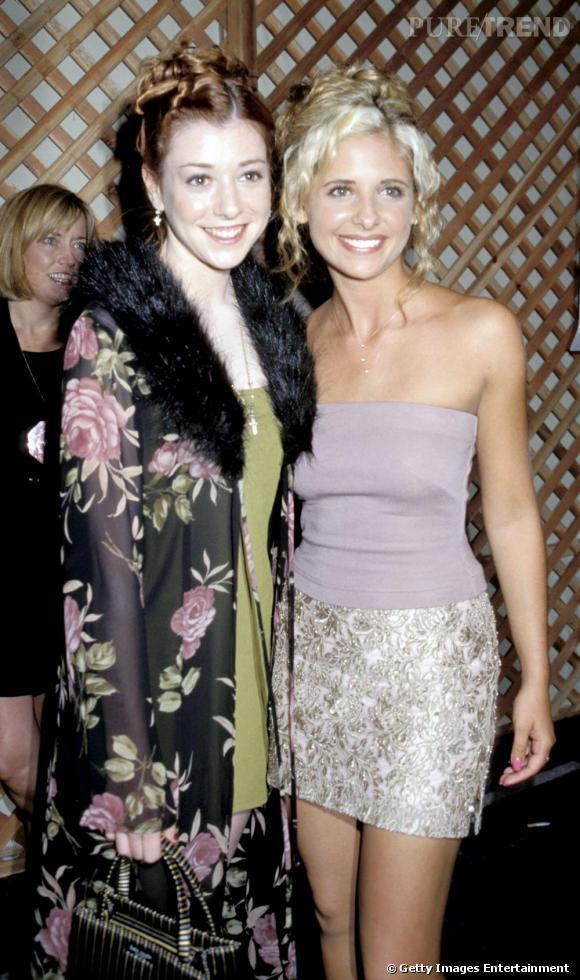 L'actrice -au côté de Sarah Michelle Gellar- fait 10 ans de plus avec sa veste noire imprimée de roses et sa coiffure douteuse.