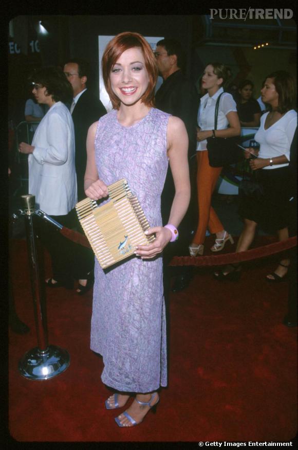 Alyson Hannigan, fade en longue robe violine assortie à son maquillage.