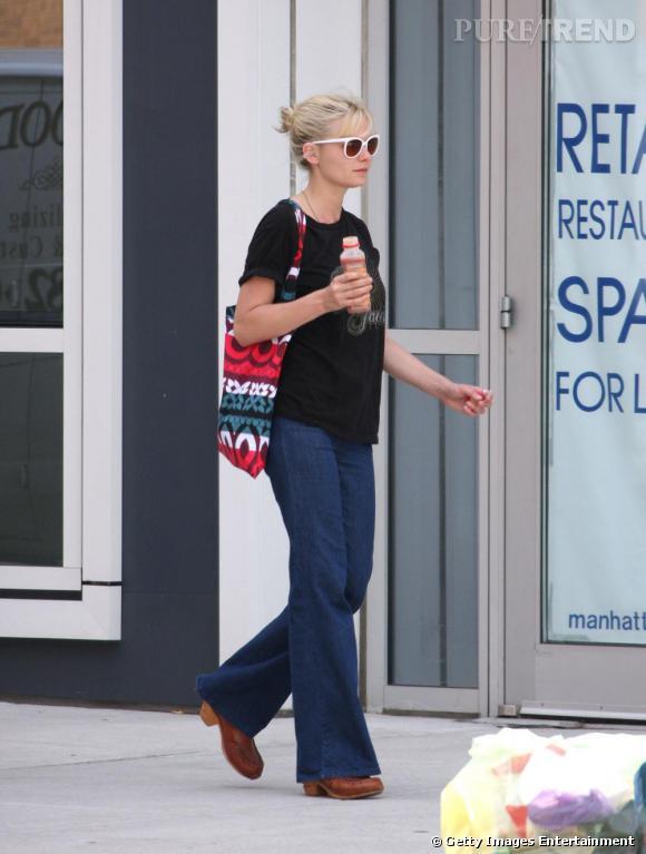 Kirsten Dunst pousse le revival 70's jusqu'à porter son jean avec des sabots.