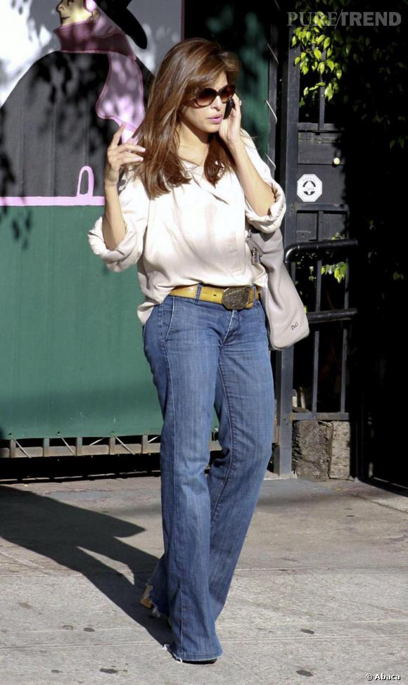 La ravageuse Eva Mendes n'en reste pas moins glamour en jean pattes d'eph.
